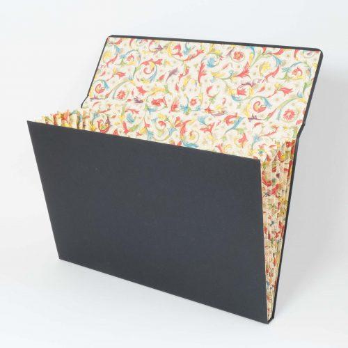 Einlegemappe aus Karton, aussen schwarz, Innen Buntpapier mit Florentiner Muster, Magnetverschluss