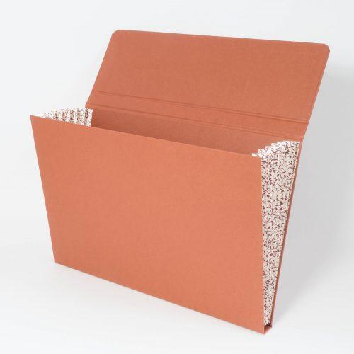 Dokumentenmappe mit aus Karton, terracottafarben mit gemusterten seitlichen Fächern, Magnetverschluss
