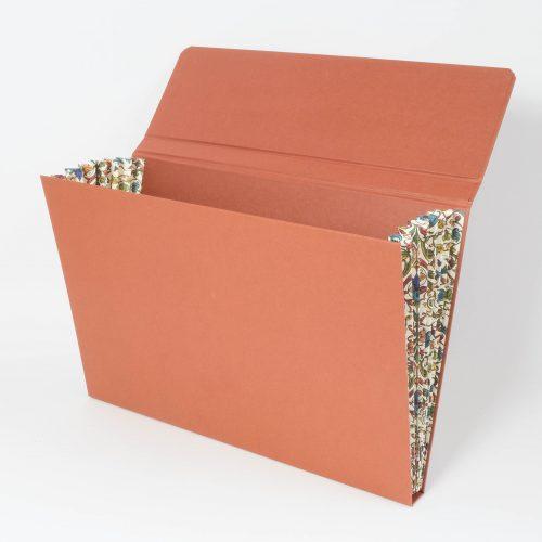 Sammelmappe mit Fächern und Magnetverschluss, terracottafarbener Buntpapierbezug mit seitlichen Fächern mit Florentiner Muster