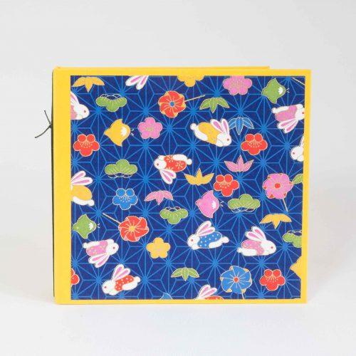 Zeichenbuch oder Notizbuch mit Fadenhaftung, leuchtend gelber Buntpapierbezug und Cover aus Chiyogamipapier mit Hasen und bunten Blüten