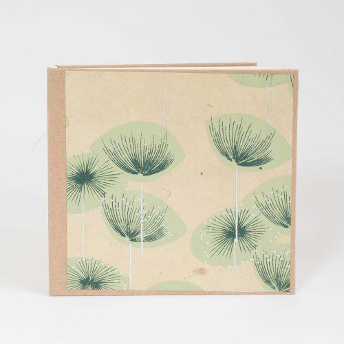 Kleines, quadratisches Buch für Skizzen oder Notizen mit Fadenheftung und Blumenmotiv