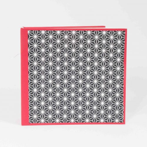 Kleines quadratisches Skizzenbuch mit rotem Einband und Cover mit geometrischem Dekor in schwarz/weiss.
