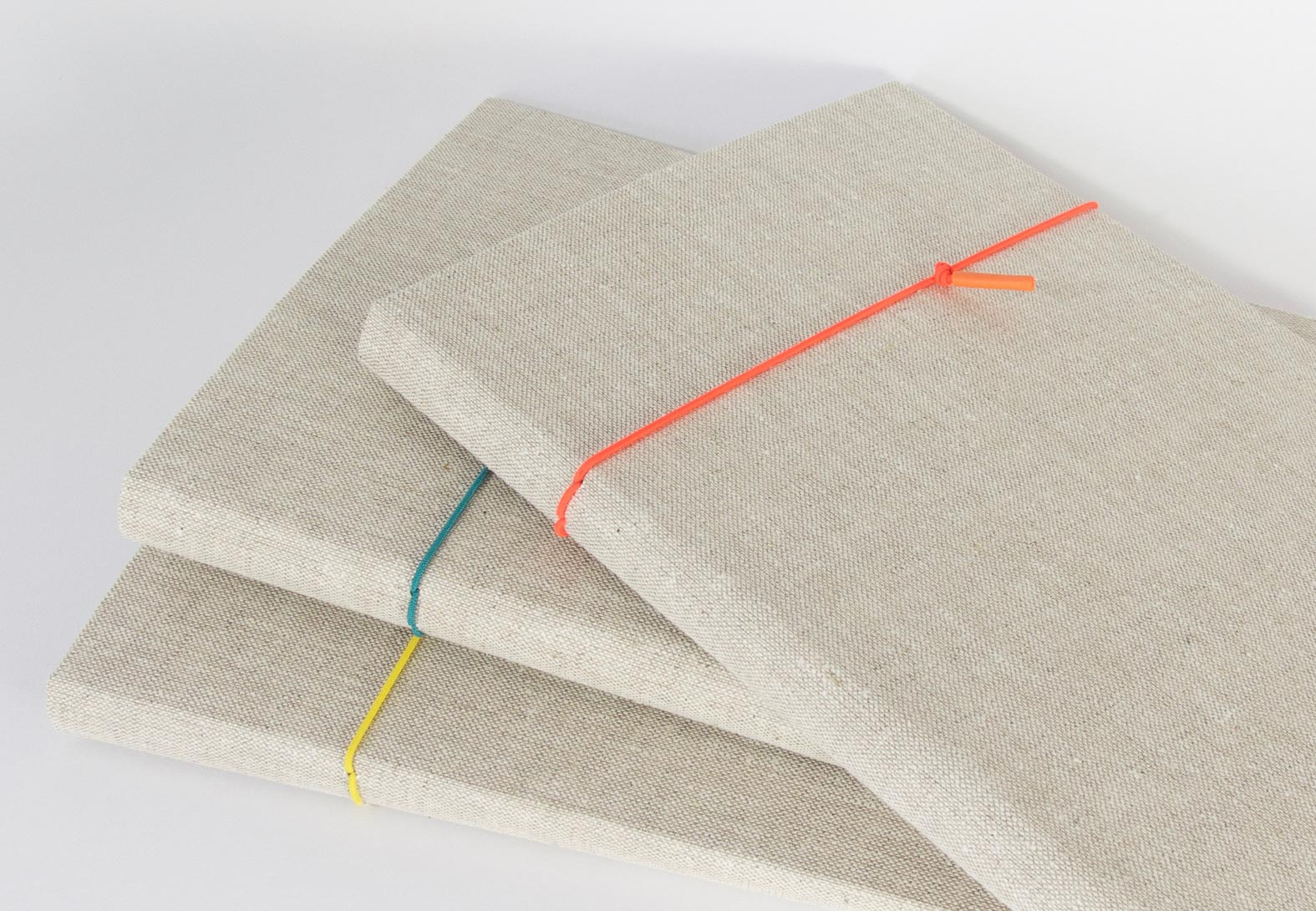 Einlegemappen mit Klemme und Einschultasche im Deckel, Verschlussband aus farbiger Gummikordel