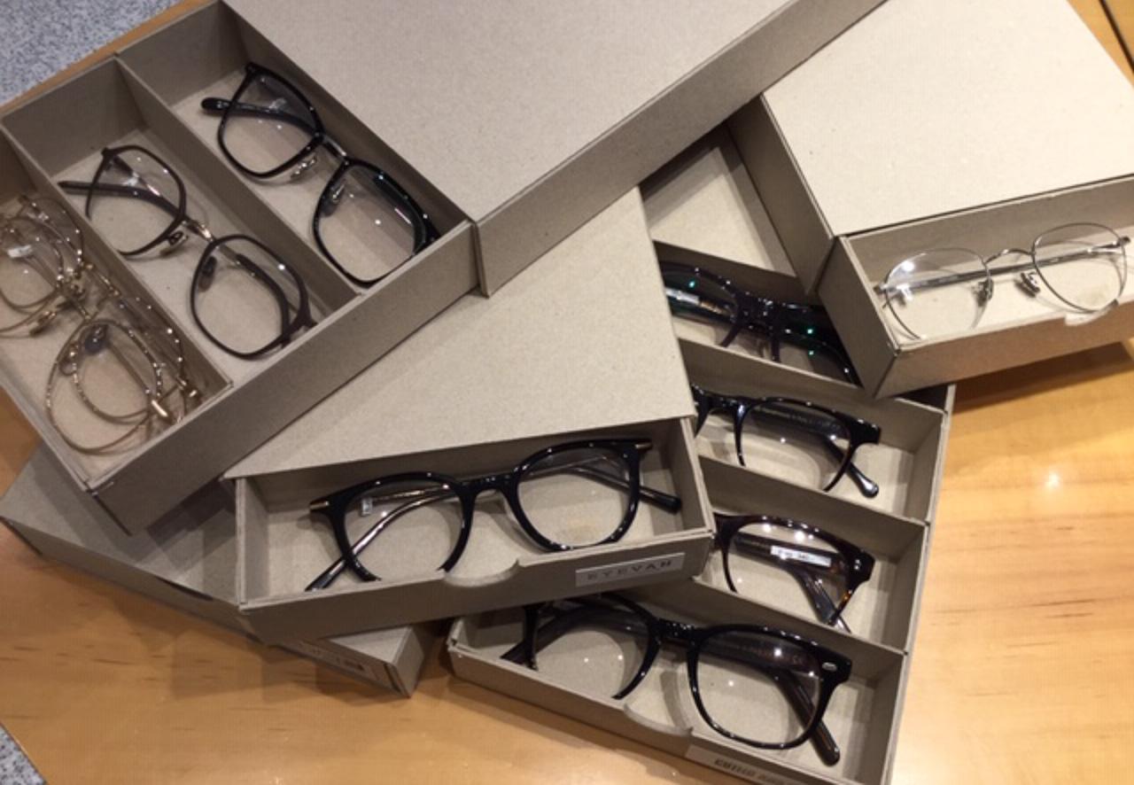 Präsentation von Brillen in Schiebeschachteln mit Fachunterteilung.