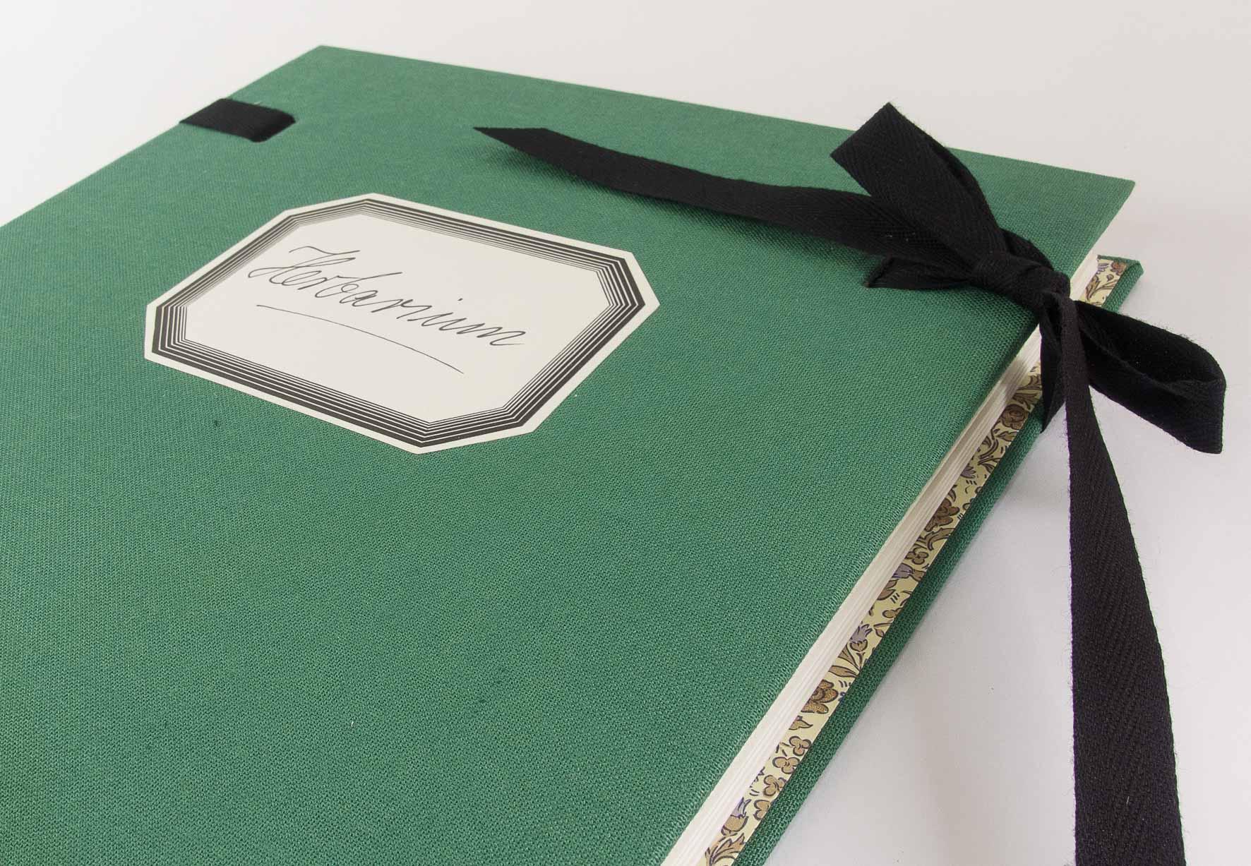 Herbarium mit Bändern, Leineneinband und 15 leeren Falzbögen aus säurefreiem Fotokarton.