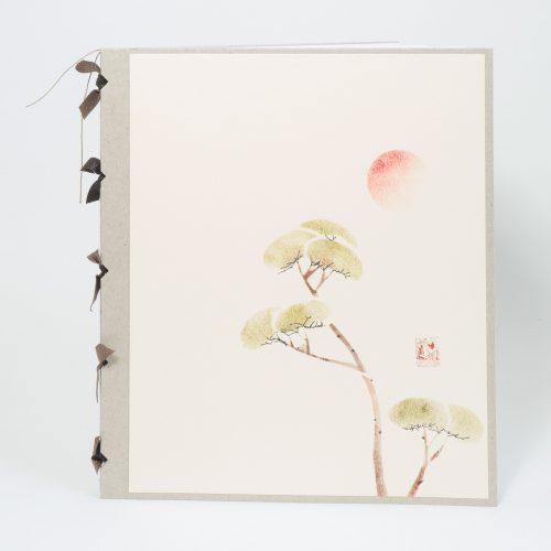 Skizzenbuch oder Notizbuch mit Einband aus Pappe und Cover aus Büttenpapier mit Schablonendruck, asiatisches Motiv. Fadenheftung mit Lederakzenten am Buchrücken.