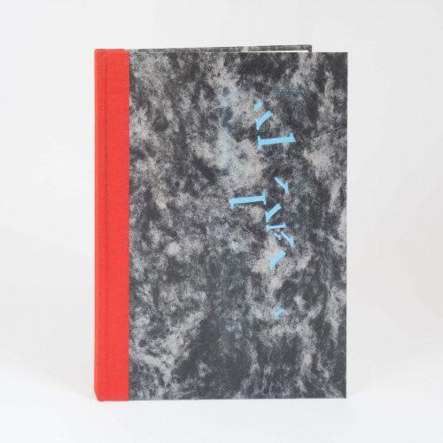 """Liniertes Notizbuch A5, mit Bezug aus Buchbinderleinen und """"Wolkenmarmor"""", geprägt."""